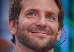 A Bradley Cooper se le multiplican los dobles