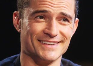 Orlando Bloom no para: ahora enseña cacho en su nueva serie
