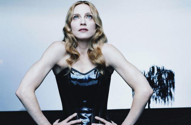 Madonna se desnuda y besa en un