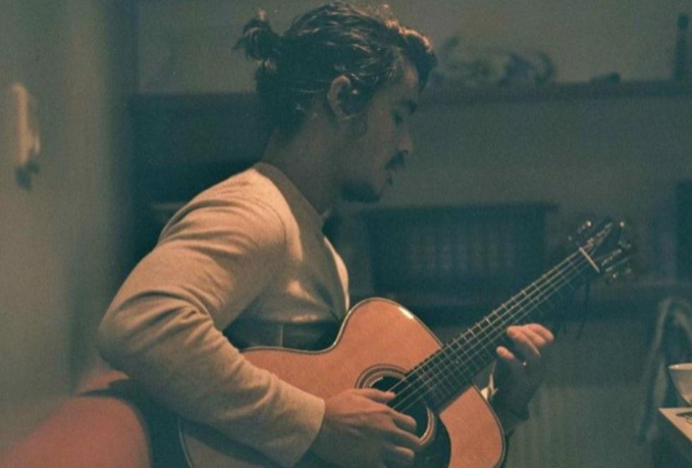 ¡Y toca la guitarra!