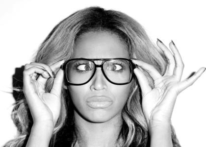 Justin Bieber y más cantantes que se ponen gafas y parecen muy intelectuales