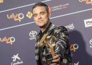 Robbie Williams y otros ganadores presumen de premio en LOS40 Music Awards