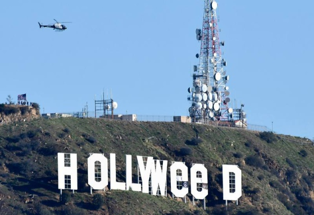 Un hombre tunea el cartel de 'Hollywood' para que se lea 'Hollyweed'