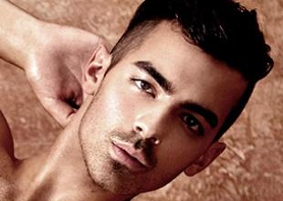 Joe Jonas se queda en calzoncillos para Guess