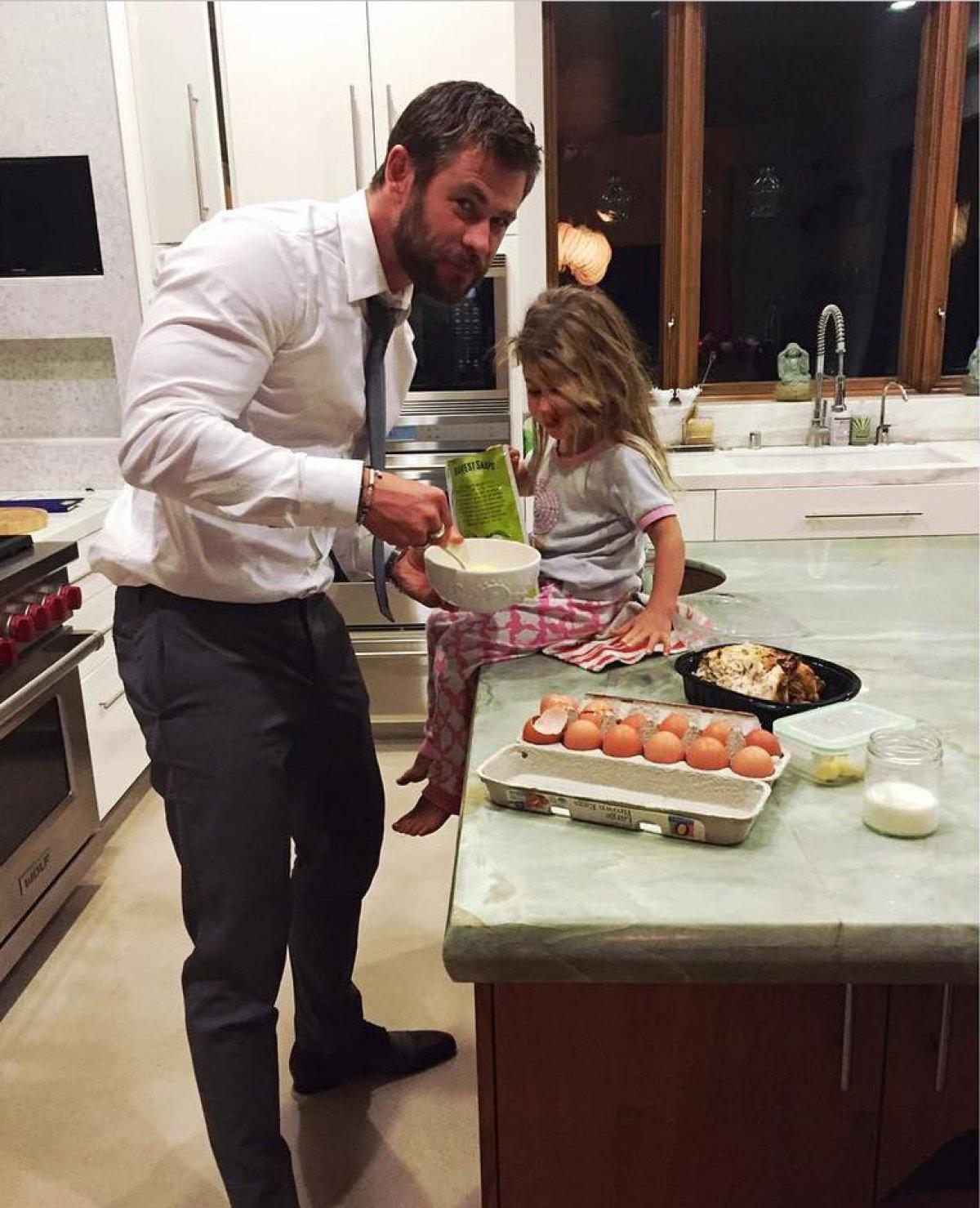 Resultado de imagen para chris hemsworth y su hija 2017