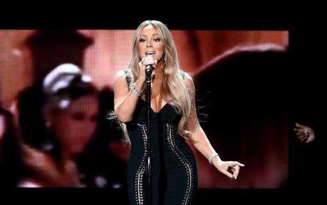 Mariah Carey hace inusual petición en plena presentación