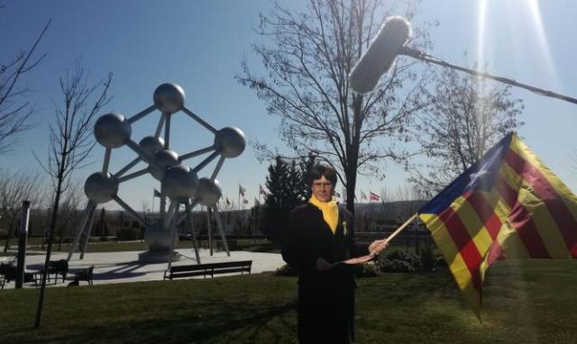 Casi se llevan detenido a humorista por confundirlo con Carles Puigdemont