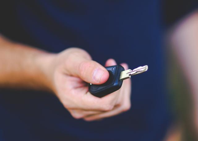 Por esta razón recomiendan cubrir las llaves de tu carro con aluminio