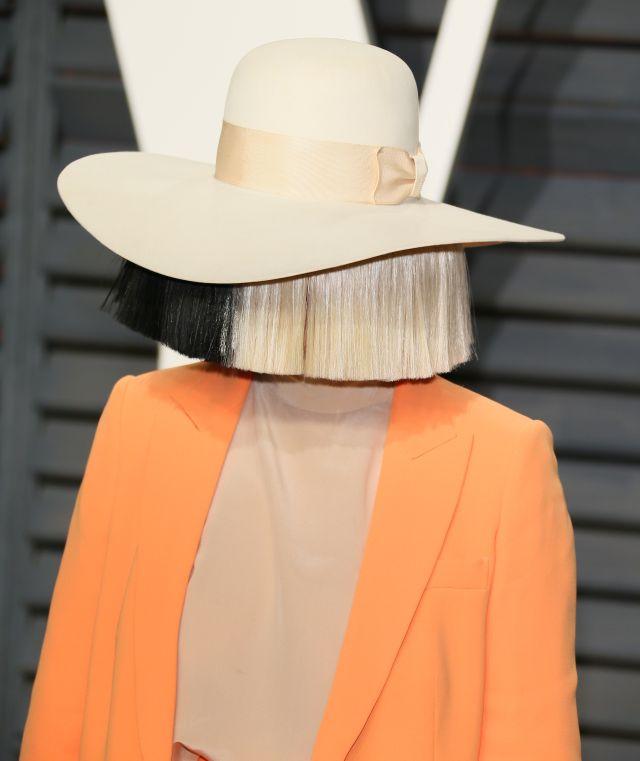 La cantante Sia revela la extraña enfermedad neurológica que padece