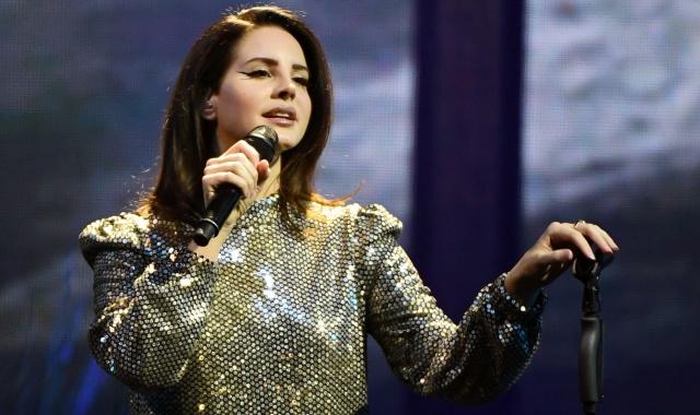 201bc70a1815 Lana del Rey sufre un susto de muerte en pleno concierto | Música ...