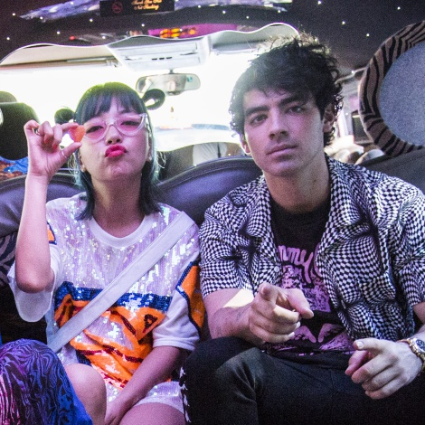 DNCE versiona 'TV In The Morning' en una limusina rosa recorriendo Madrid