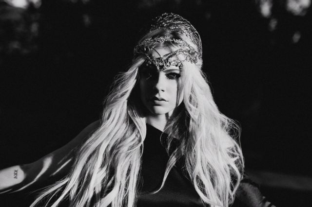 Avril Lavigne da la bienvenida a la Navidad