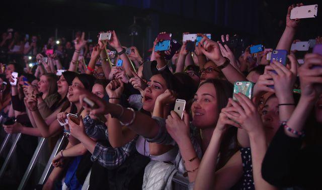 El móvil en los conciertos, ¿sí o no?