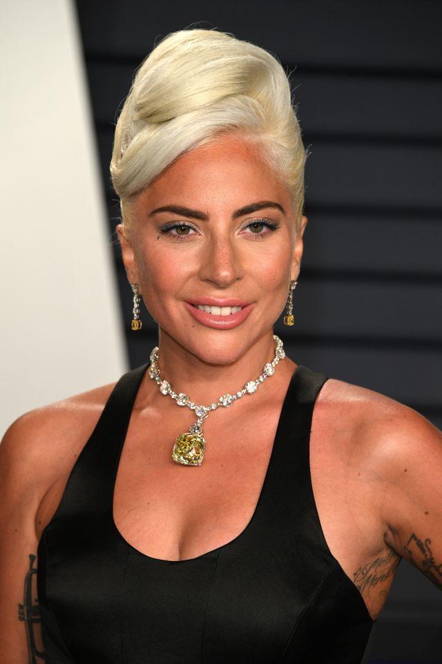 b835b5dc6a67 Lady Gaga se convierte en la nueva Audrey Hepburn gracias al collar que  llevó en los