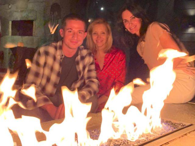 Courtney Cox y Lisa Kudrow celebran el 25 aniversario de 'Friends' junto a Charlie Puth