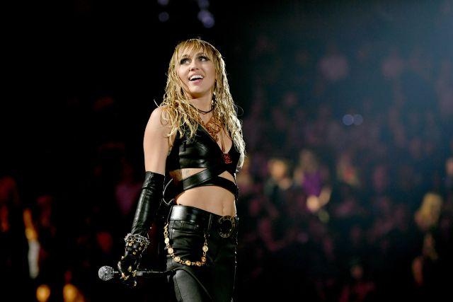 Miley Cyrus canta su nueva canción 'Bad Karma' y da pistas sobre ...
