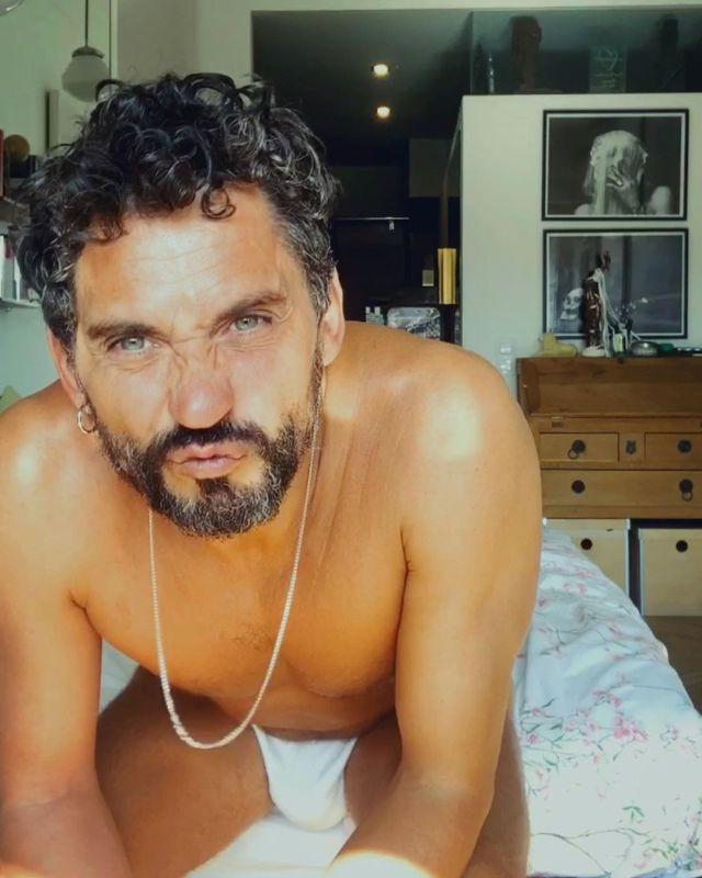 Paco León nos recomienda tomar el sol, desnudos en invierno, y da ejemplo