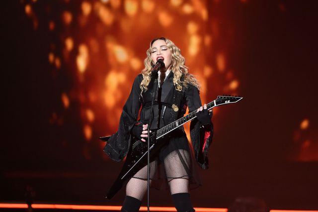 Desnuda y bañándose con pétalos de rosa: el criticado vídeo de Madonna sobre el coronavirus