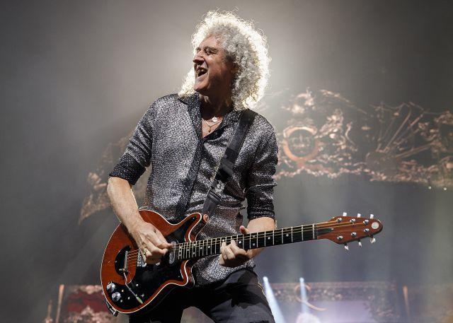 La razón por la que Brian May, el guitarrista de Queen, toca con una moneda de seis peniques