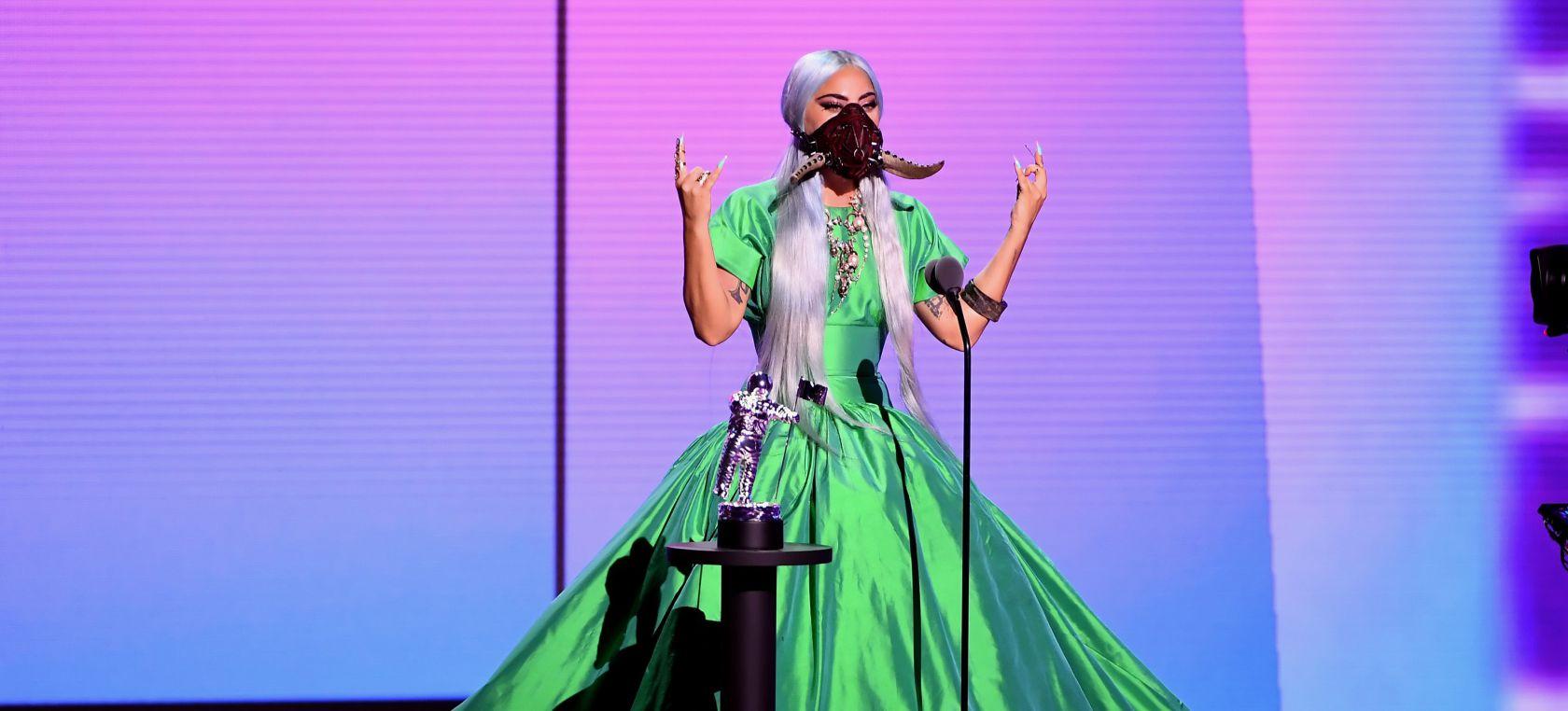 Lady Gaga con su marcarilla de cuernos en los VMAs