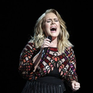Adele reaparece muy cambiada en televisión y canta Rolling in the deep y Someone like you