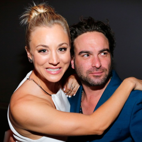 Johnny Galecki felicita a Kaley Cuoco ('The Big Bang Theory') y ella no puede aguantar la risa