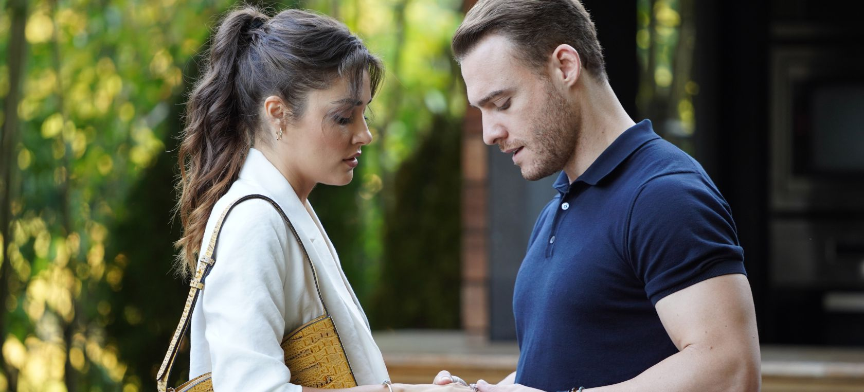 Kerem Bürsin y Hande Erçel ('Love is in the air') prometen informar si hay avances en su relación