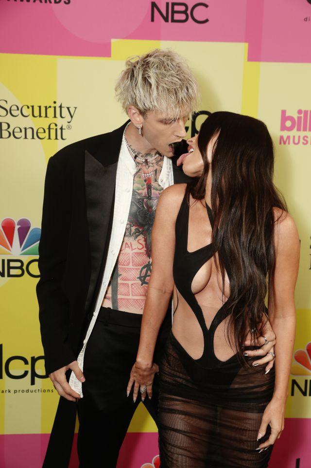 Machine Gun Kelly (i) y Megan Fox (d) acuden a los premios Billboard de 2021
